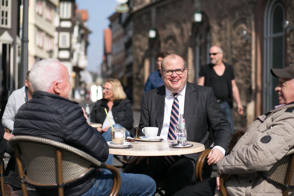 Bürgermeister Stephan Paule im Gespräch auf dem Marktplatz