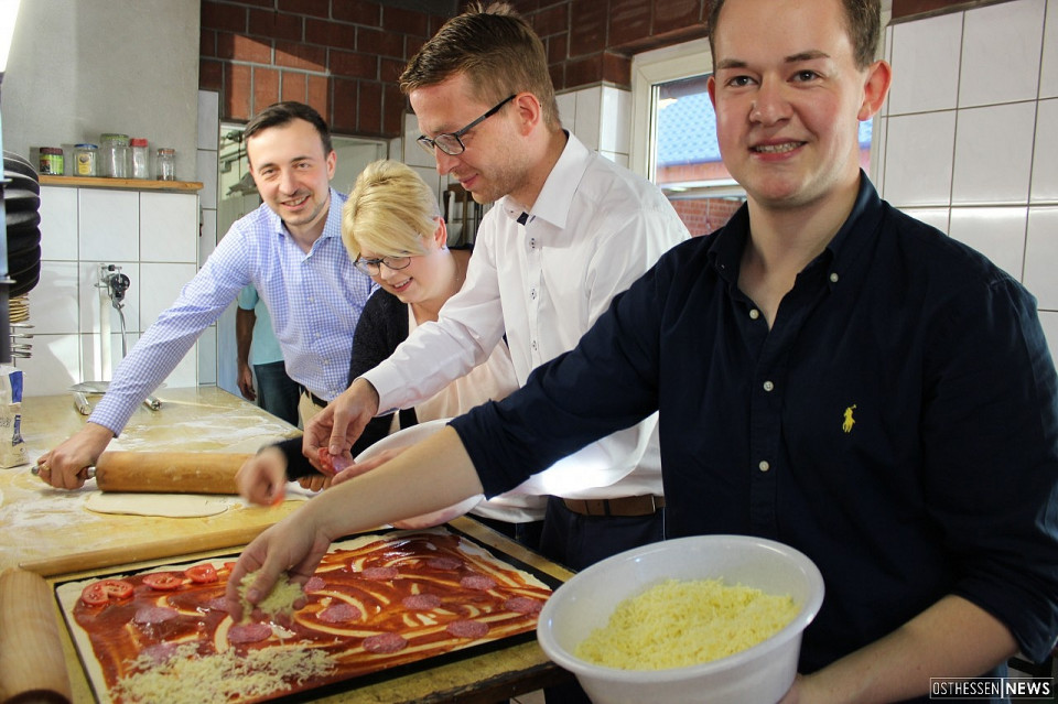 Landtagsabgeordneter Michael Ruhl (3. v.l.) und Generalsekretär Paul Ziemiak (links) im Herbst 2018 beim Pizzabacken mit der Jungen Union in Eifa. Foto: JU Vogelsberg.